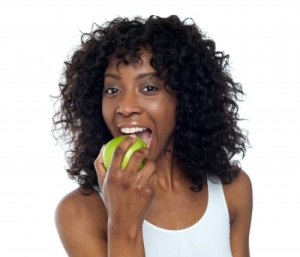 woman-eating-apple